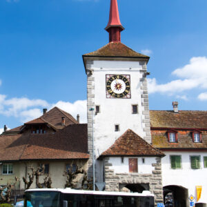 Geschichte erFahren! Das Postauto durchfährt das Lenzburger Tor von Mellingen