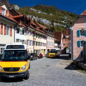 Postauto-Umzug durch St. Ursanne - im Hintergrund mein Sprinter nach Soubey