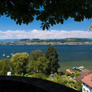 Aussicht vom Murtener Schlossgarten auf den Murtensee