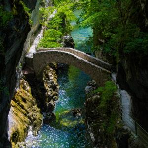 Die malerische Steinbrücke beim Saut de Brot in den Gorges de l'Areuse