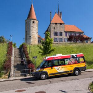 Der Ortsbus von Avenches vor dem Schloss