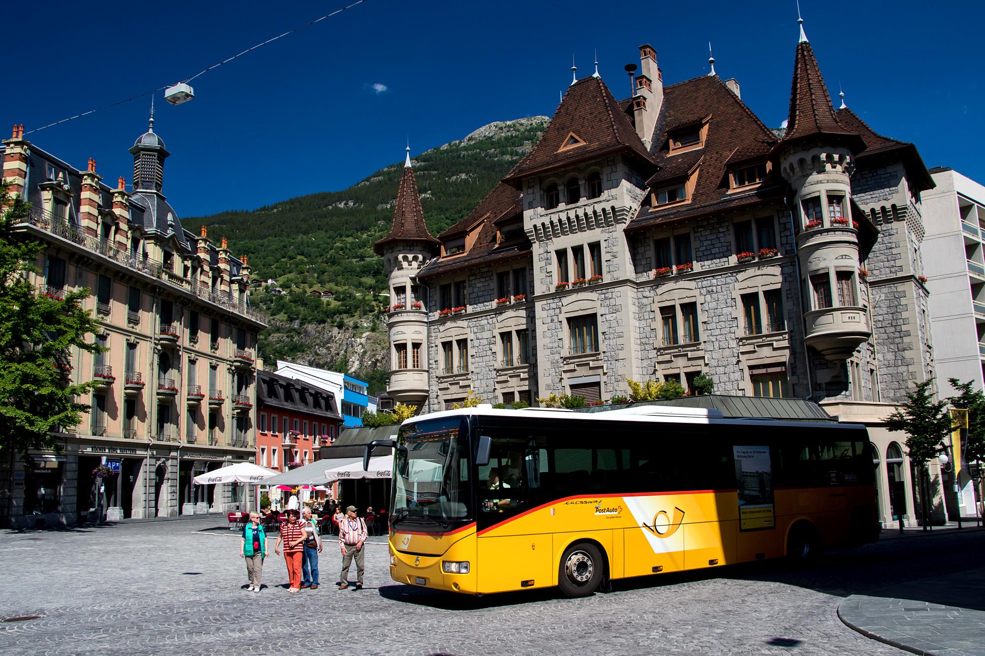 In Brig haben die Postautos das Privileg, durch die Fussgängerzone und direkt über den repräsentativen Stadtplatz zu fahren