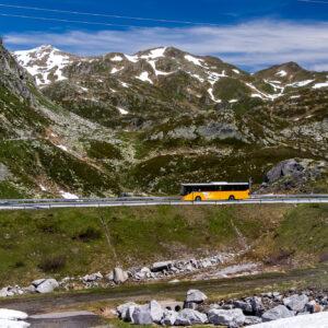 Das Postauto erreicht die Gotthard-Passhöhe...