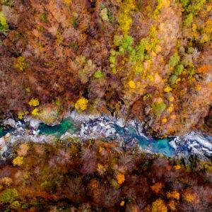 Blick auf das Flüsschen Isorno tief im Onsernonetal