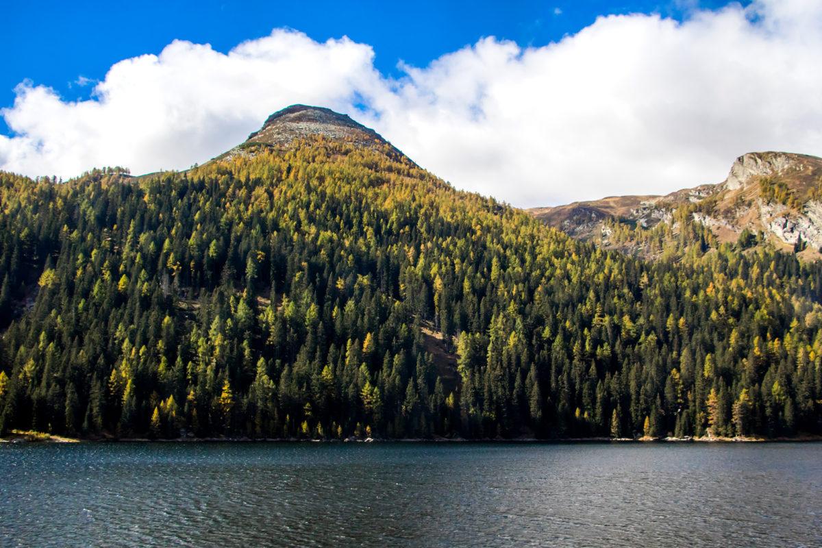 Der Lago d'Isola kündigt die Ankunft im Dorf San Bernardino an