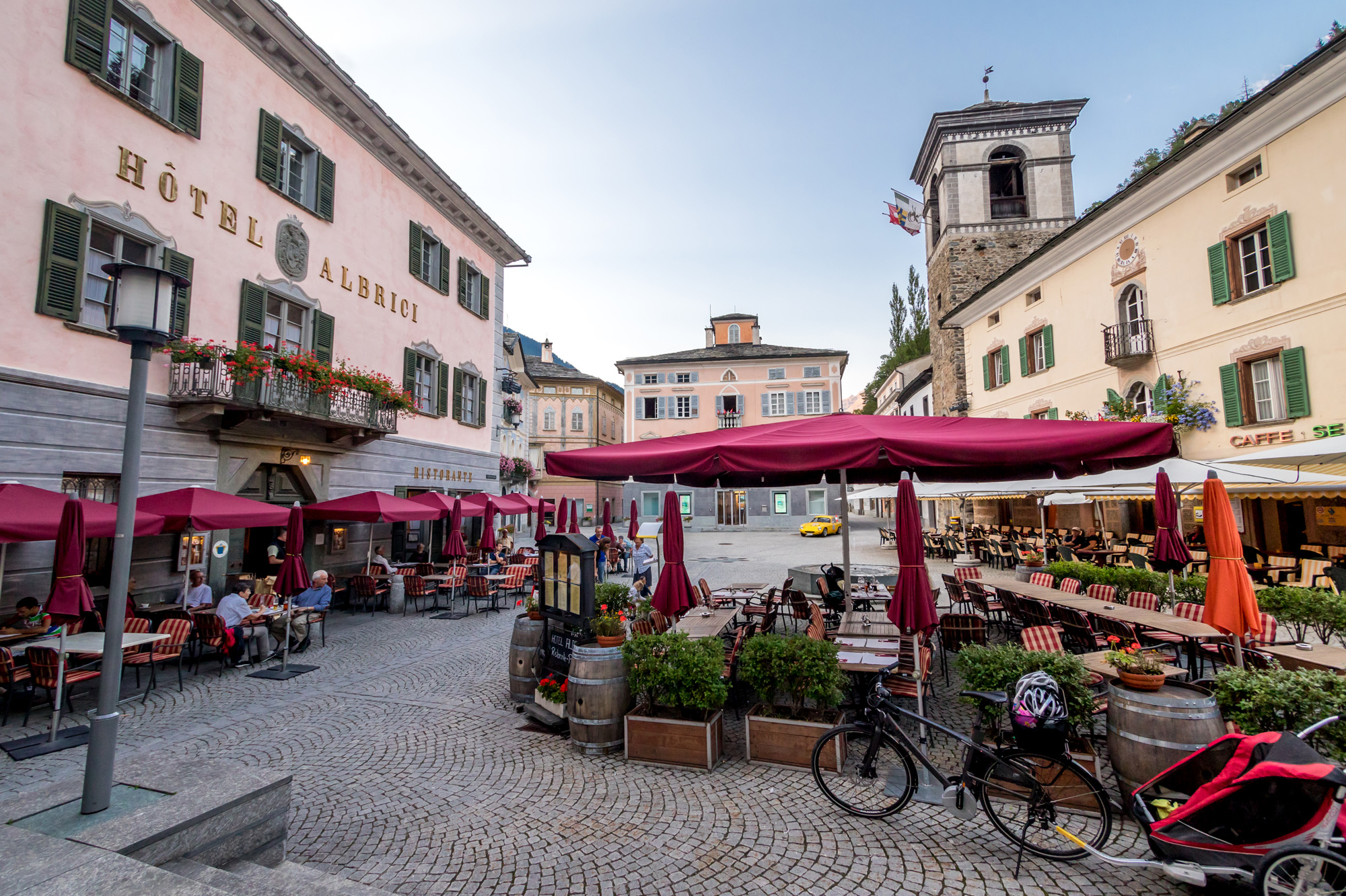 Viel Italianità auf dem beschaulichen Dorfplatz von Poschiavo (GR)