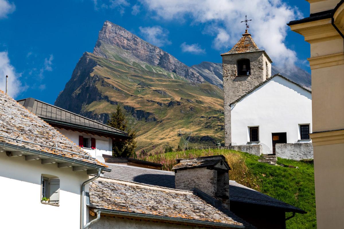 Blick auf die Bergkapelle San Bernardino mit den Gipfeln des gleichnamigen Bergmassivs
