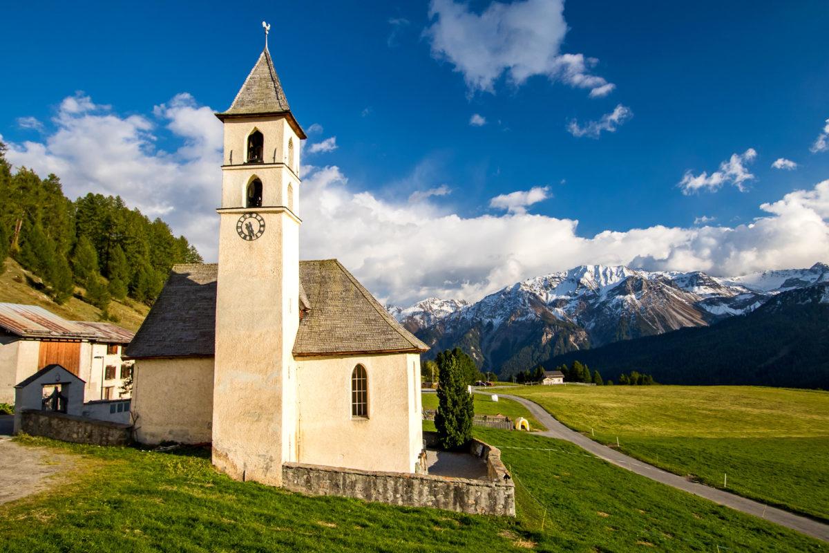 Die reformierte Kirche von Lü geniesst eine prächtige Aussicht