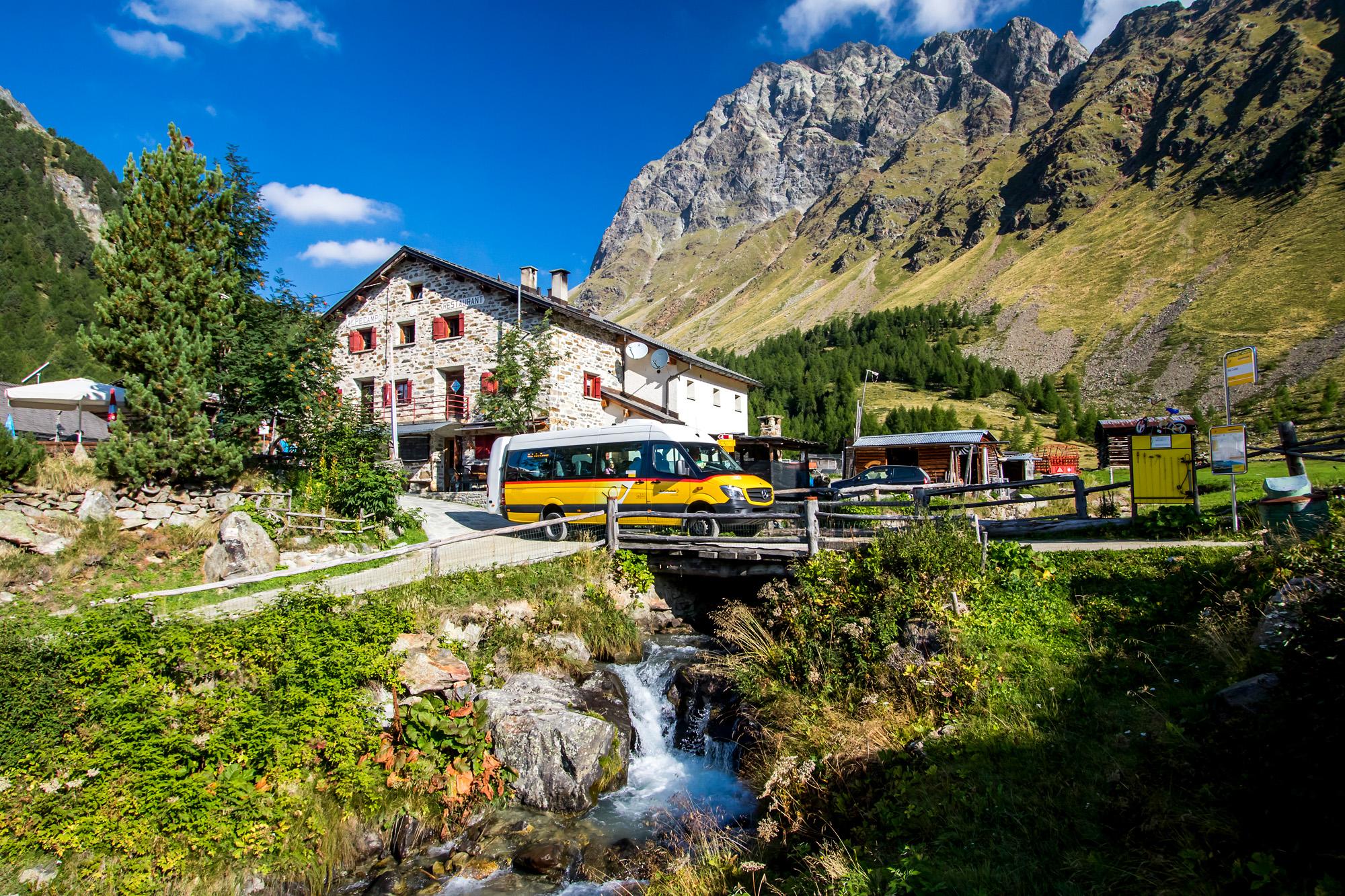 Ankunft im Bergparadies: Beim Ristorante Alpe Campo auf 2'070 Metern Höhe endet die sehenswerte Postauto-Strecke ins Val da Camp (GR)
