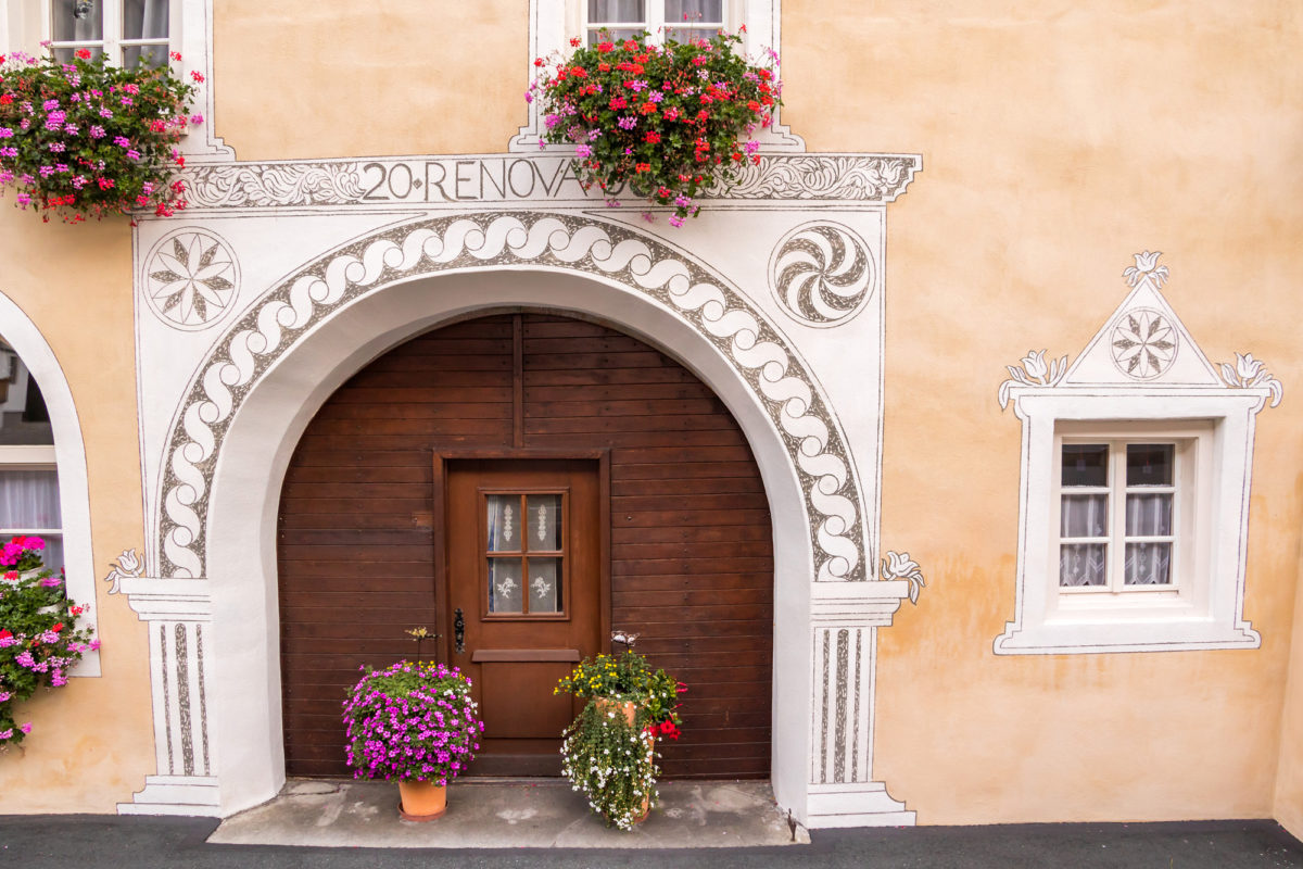 Das typische grosse Eingangsportal: Da früher im Engadin Wohnhaus und Stall kombiniert waren, musste dieses gross genug sein, um mit dem Wagen Stroh ins Haus zu bringen.
