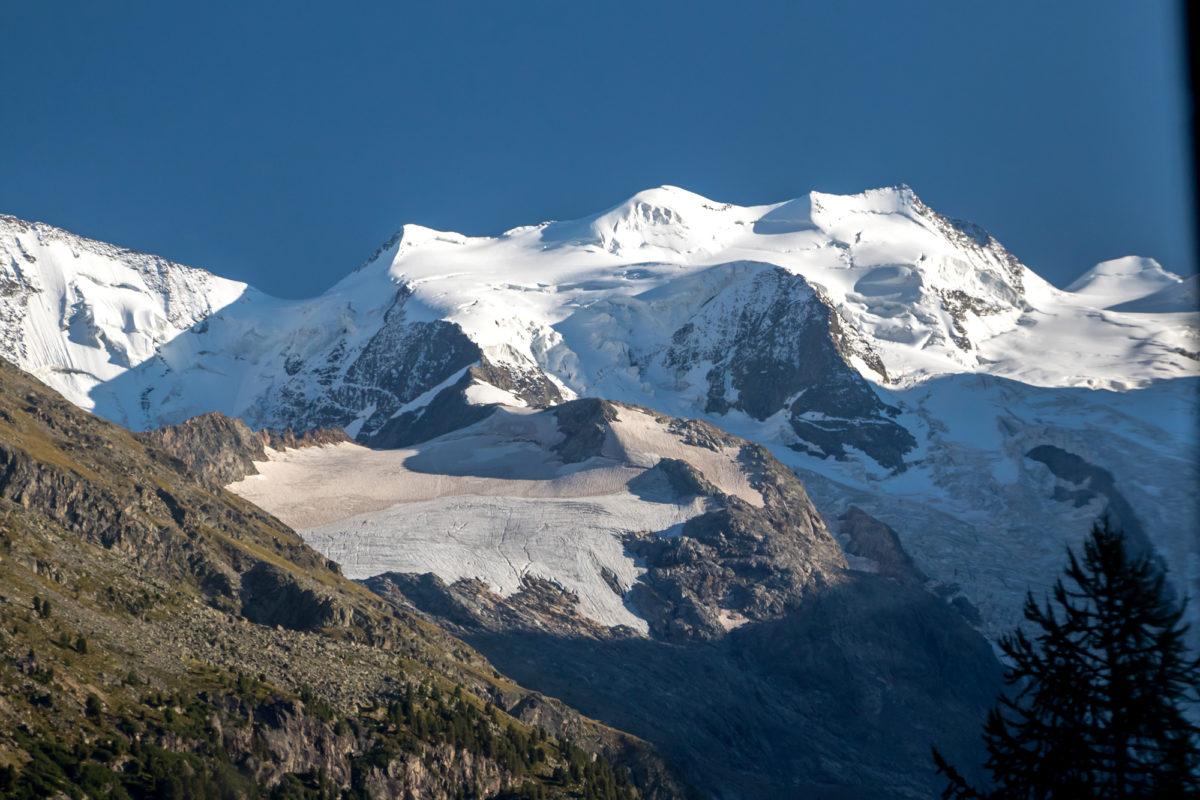 In der Ferne thront das Berninamassiv mitsamt Morteratsch-Gletscher