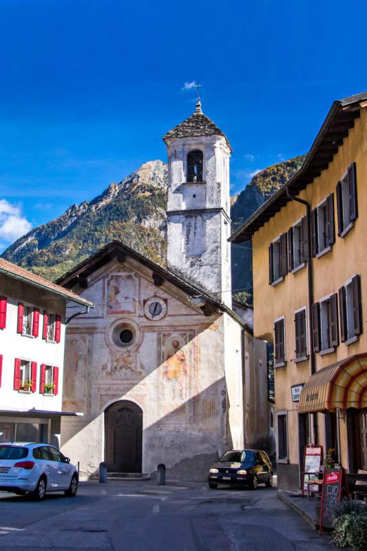 Ortsdurchfahrt von Grono, mit der Kirche Santi Rocco e Sebastiano