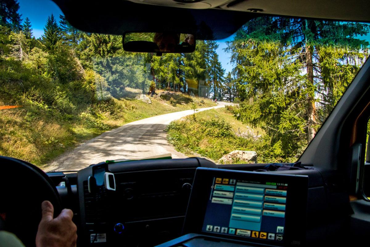 Von der Schnellstrasse auf den Waldweg - so guet!