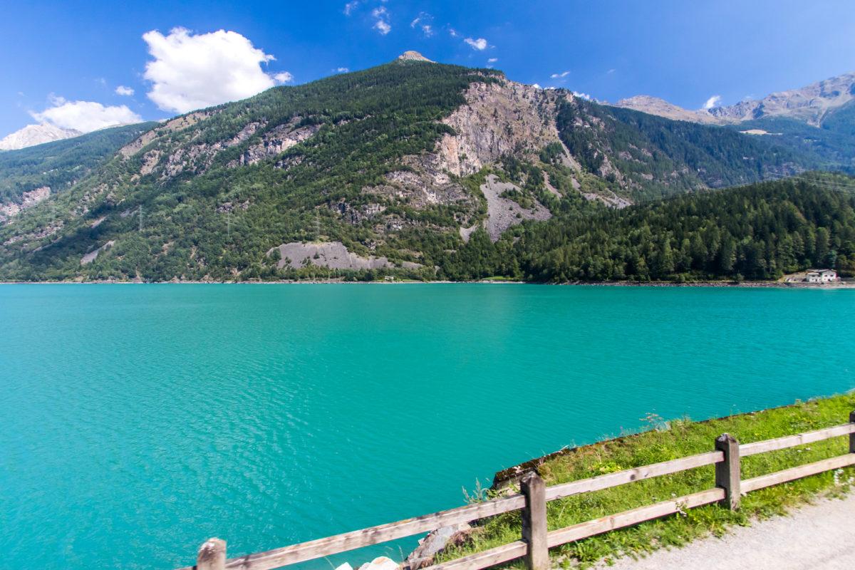 Idyllisch ist's auch hier: Am Lago di Poschiavo, der einst durch einen prähistorischen Bergsturz aufgestaut wurde.