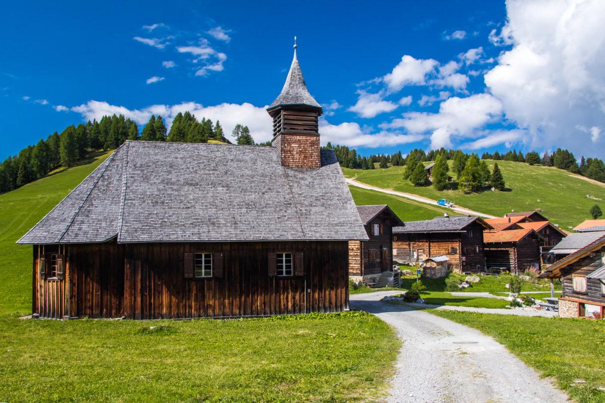 Die schmucke Holzkirche ist alleine die Reise wert!