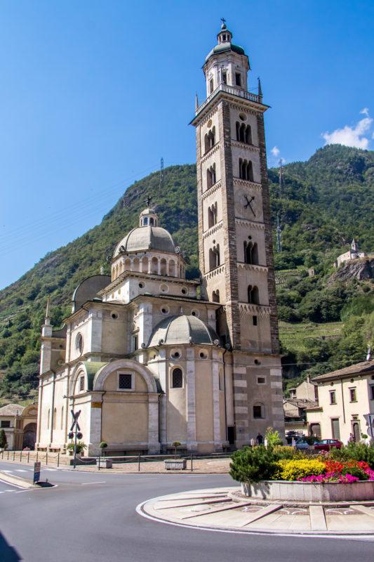 Das Wahrzeichen Tiranos: Die imposante Wallfahrtskirche Madonna di Tirano aus dem 16. Jahrhundert mit ihrem von weither sichtbaren Turm