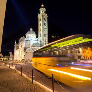 Der zweite abendliche Bahnersatz-Kurs erreicht Tirano um 22 Uhr - auch hier kommt wieder ein Postauto zum Einsatz