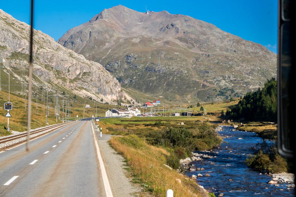 Die Talstationen der Seilbahnen Diavolezza und Lagalb kommen in Sicht, mit dem Piz Lagalb im Hintergrund