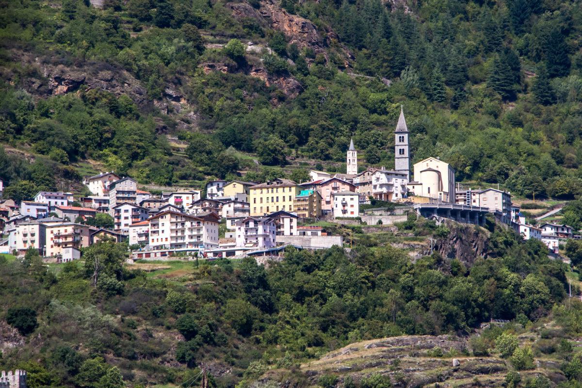 Ravoledo thront hoch über dem Tal