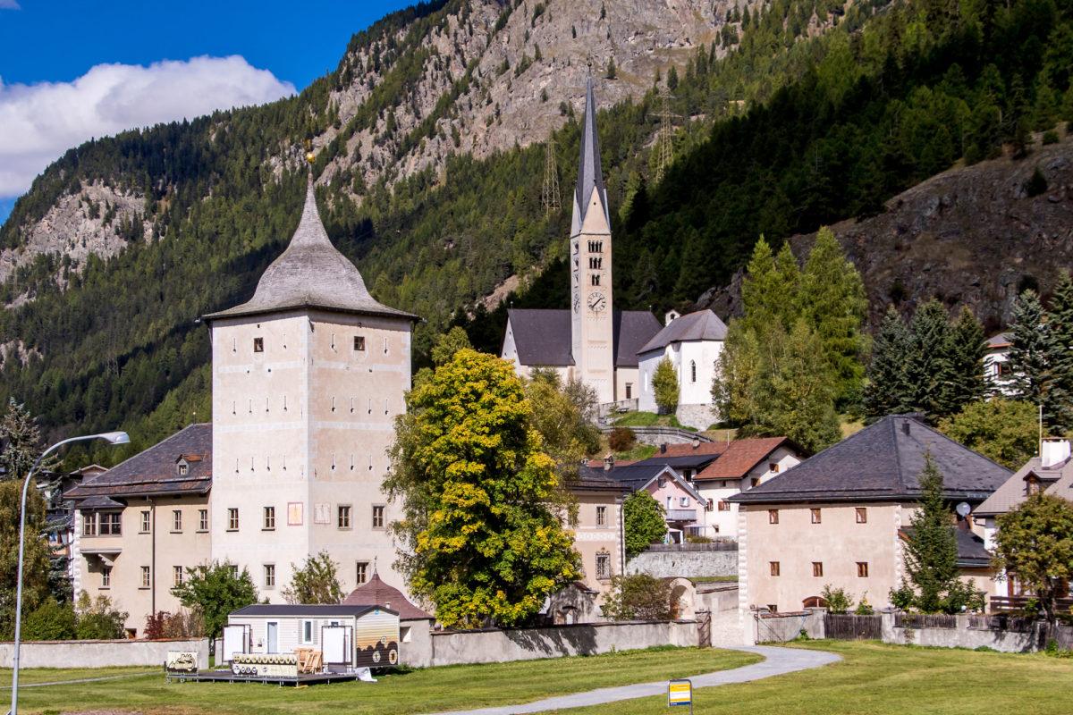 Ankunft in Zernez - mit dem wuchtigen Schloss Planta-Wildenberg aus dem 13. Jahrhundert, und der reformierten Kirche aus dem 17. Jahrhundert