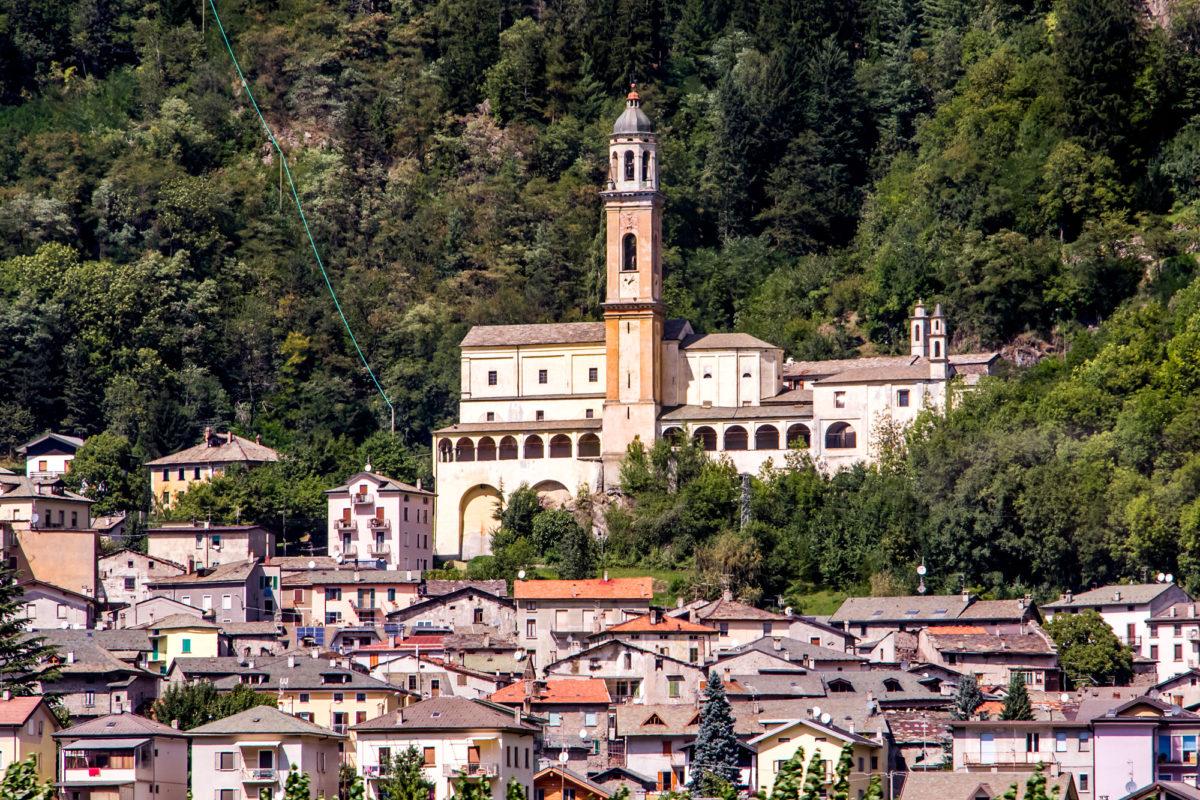 Sondalo mit seiner weitherum sichtbaren Kirche Santa Maria Maggiore