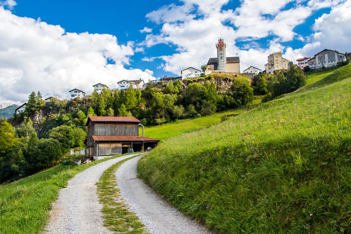 Stierva ist bereits im Blick, mit eingerüstetem Kirchturm und der von den Freiherren von Vaz 1275 erbauten Burg La Tor
