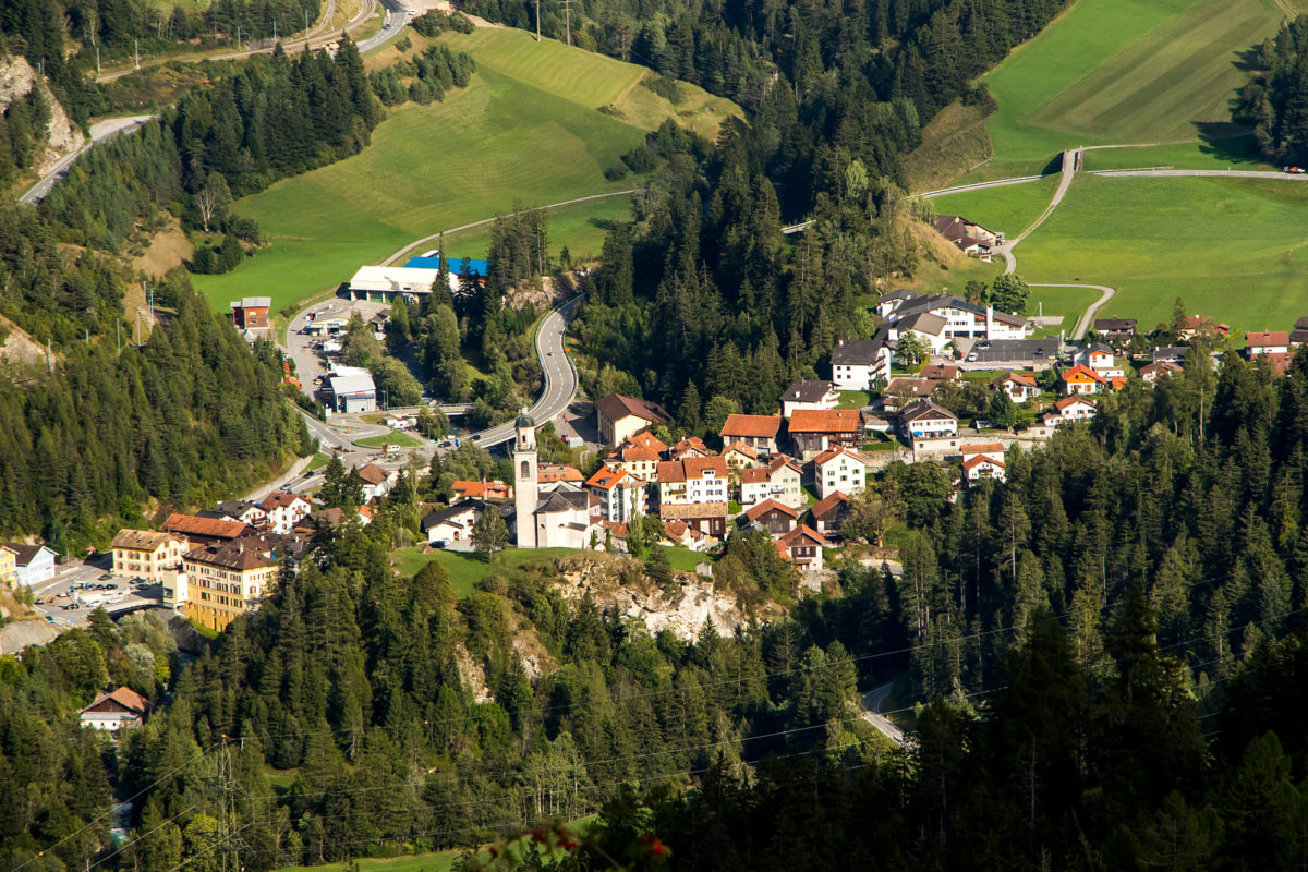 Im Tal zeigt sich Tiefencastel, die historische Weggabelung zwischen Albula- und Julierroute