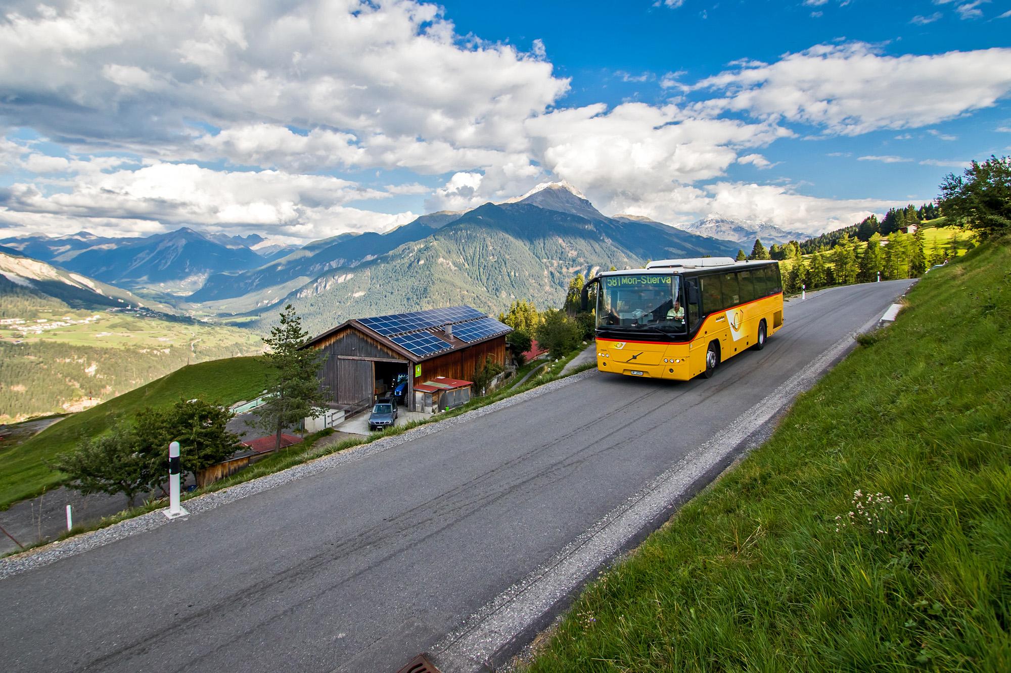 Der Volvo 8700 erreicht Stierva hoch über dem Sursés (GR)