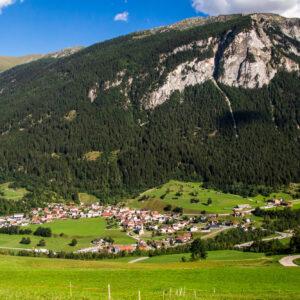 Blick ins Tal auf Zillis mit seiner markanten Kirche