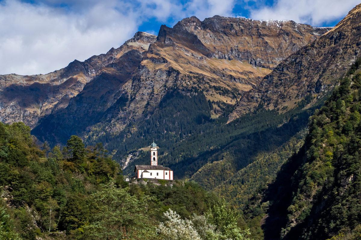 Die auf einem Felsvorsprung errichtete Kirche San Martino von Soazza ist weitherum sichtbar. Erstmals erwähnt wurde sie im Jahr 1219
