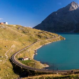 Von Strasse und Schiene aus eine Augenweide: Der Lago Bianco