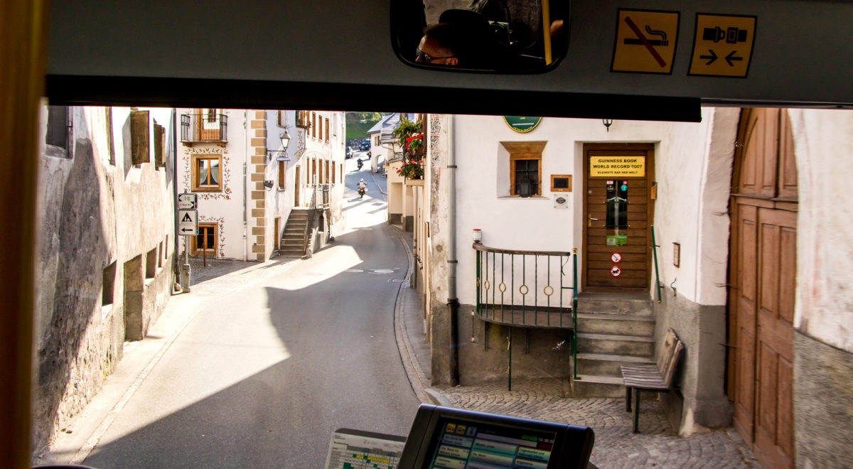 Eng und klein: Mitten in der engen Ortsdurchfahrt von Santa Maria steht die offiziell kleinste Bar der Welt!