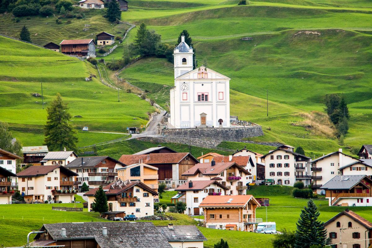 Auch in Savognin gibt's hübsche Gotteshäuser zu bestaunen. Hier die Barockkirche Son Martegn, die mit einem 100m2 grossen Deckenfresko das grösste barocke Gemälde der Schweiz beherbergt.