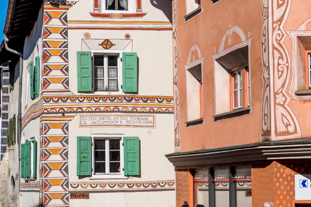 Die Fassaden tragen hier teils üppiges Sgraffito