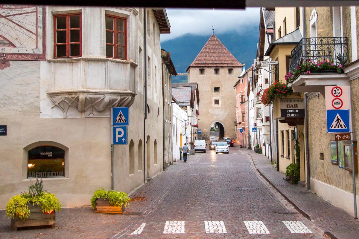 Wir fahren mitten durch die mittelalterliche Glurnser Innenstadt