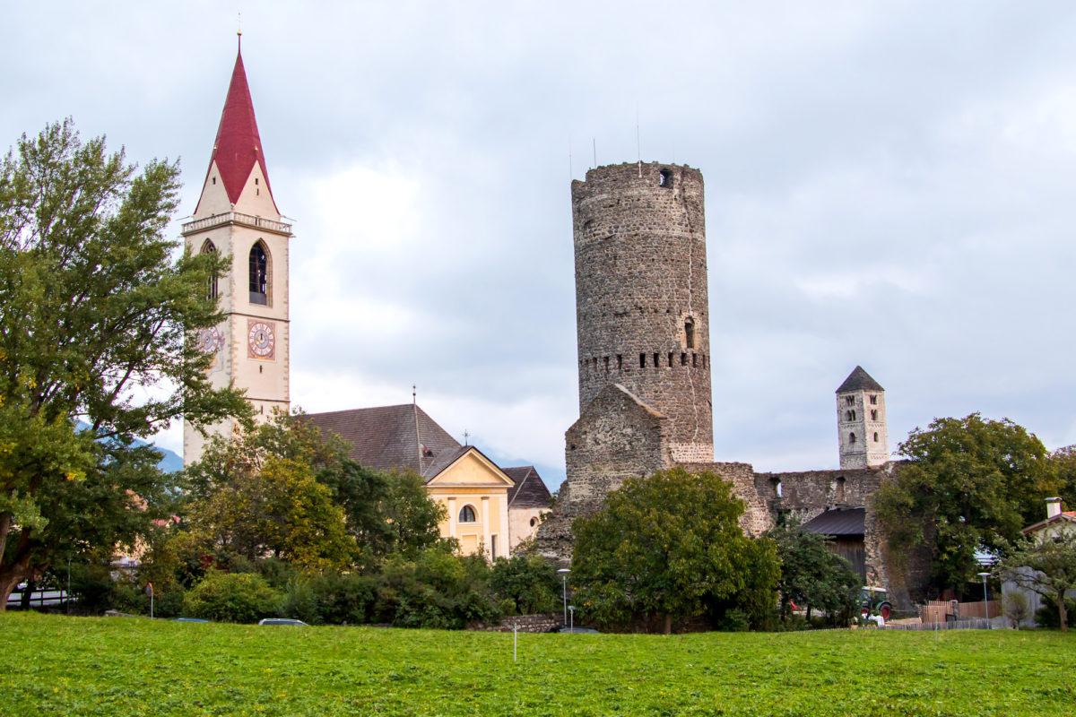 Mals (I) - die Stadt der Türme; Endstation der Postauto-Linie 811 von Zernez durch Nationalpark und Val Müstair