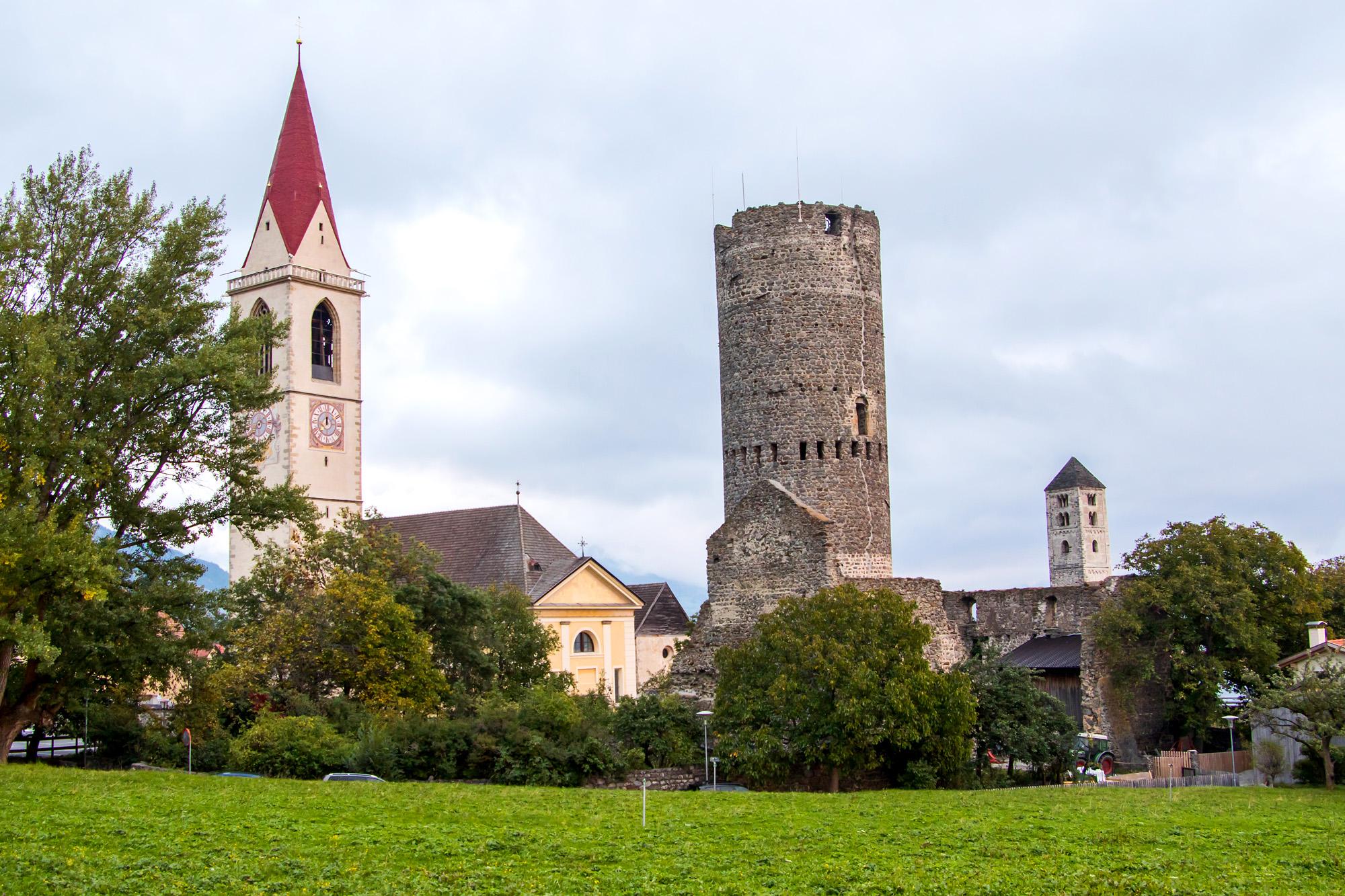 Drei Fünftel der Malser Türme: Kirche Maria Himmelfahrt, Bergfried der Burg Fröhlichsburg, und Turm der Kirche St. Benedikt - alle aus dem 12. und 13. Jahrhundert