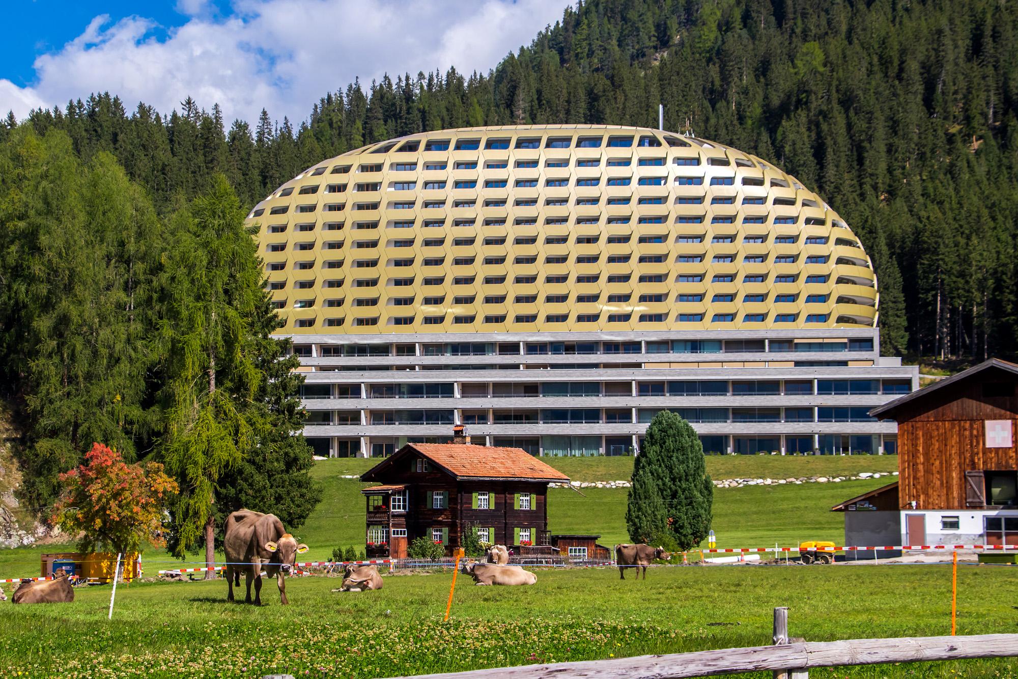 Kontraste zwischen alt und modern in Davos (GR)