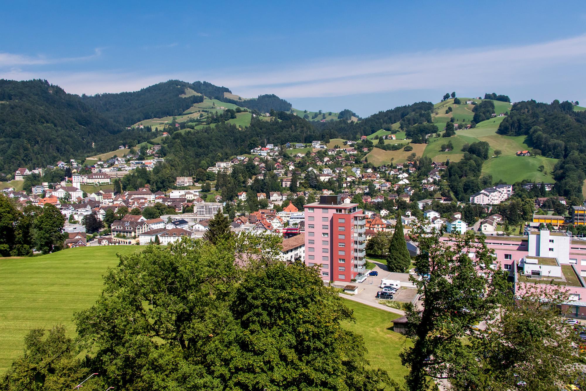 Blick hinunter auf Wattwil und den westlichen Stadtteil.
