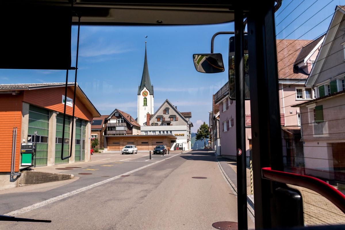 Ankunft im Hemberg. Obwohl die Reformation scheiterte, wurde die einst gemeinsam genutzte Kirche abgebrochen, und auf zwei Gotteshäuser verteilt: Die reformierte Kirche von 1779...