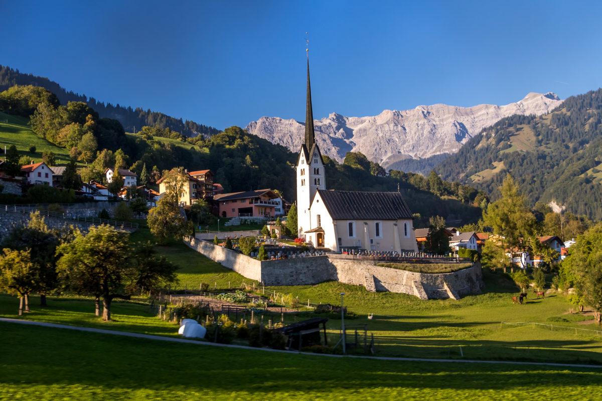 Willkommen in Seewis, mit seiner markanten spätgotischen Kirche, erbaut um 1487
