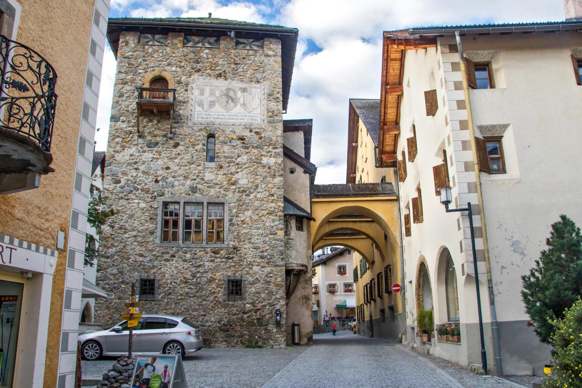 Der Dorfturm von Zernez, ursprünglich aus dem 13. Jahrhundert. Verbunden mit einem der zwei wuchtigen Wohnhäusern des Planta-Geschlechts