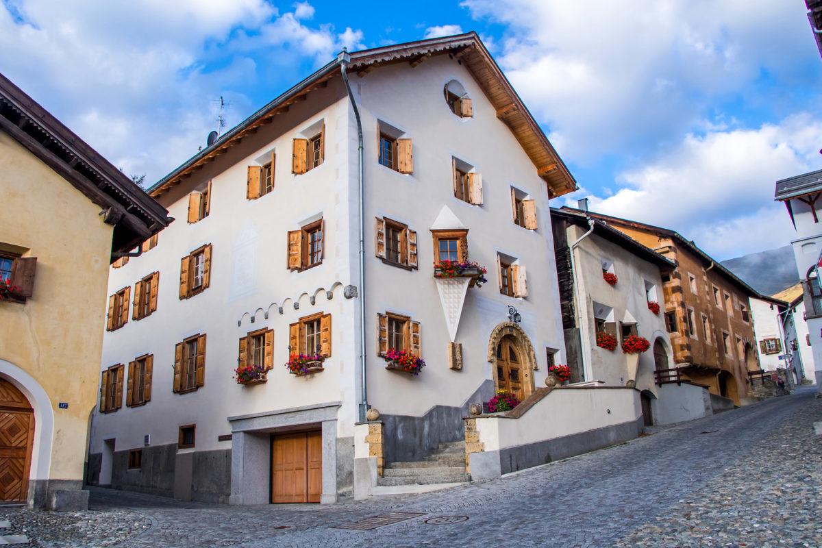 Stattliche Häuser am Dorfplatz von Zuoz