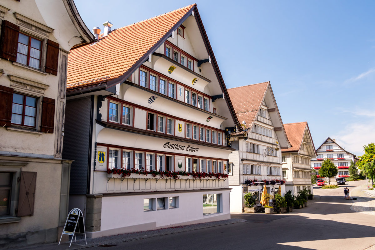 Die schönen historischen Giebelhäuser der Gasthäuser Löwen und Krone dominieren Hembergs Zentrum