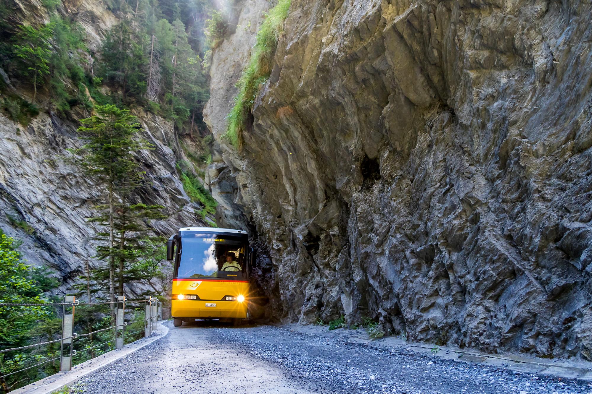 """Ein Neoplan N312K als """"Schluchtenbus"""" unterwegs durch die Taminaschlucht, von Bad Ragaz zum alten Bad Pfäfers"""