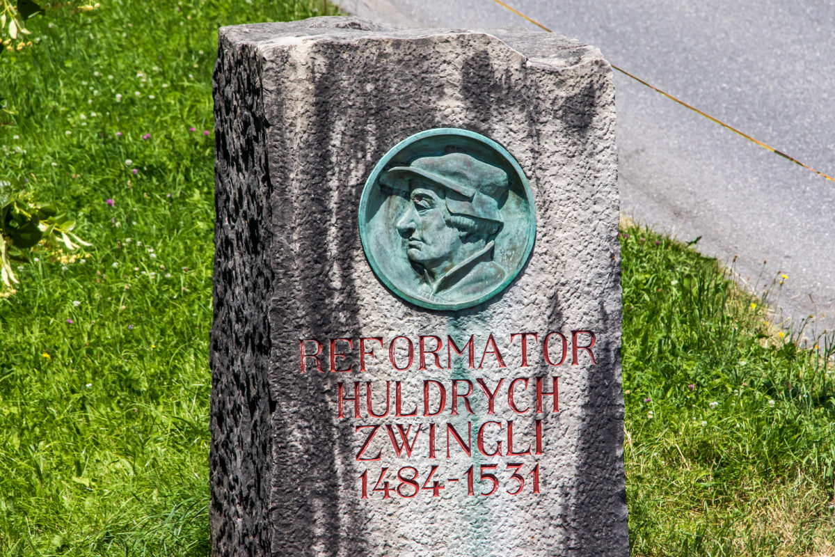 Gedenkstein nahe Zwinglis Geburtshaus, welches leider etwas abseits der Postauto-Strecke steht.