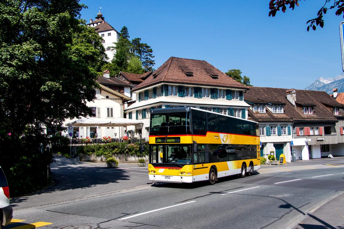 Die Postauto-Strecke 790 streift den historischen Kern von Werdenberg (SG), inklusive dem Schloss.