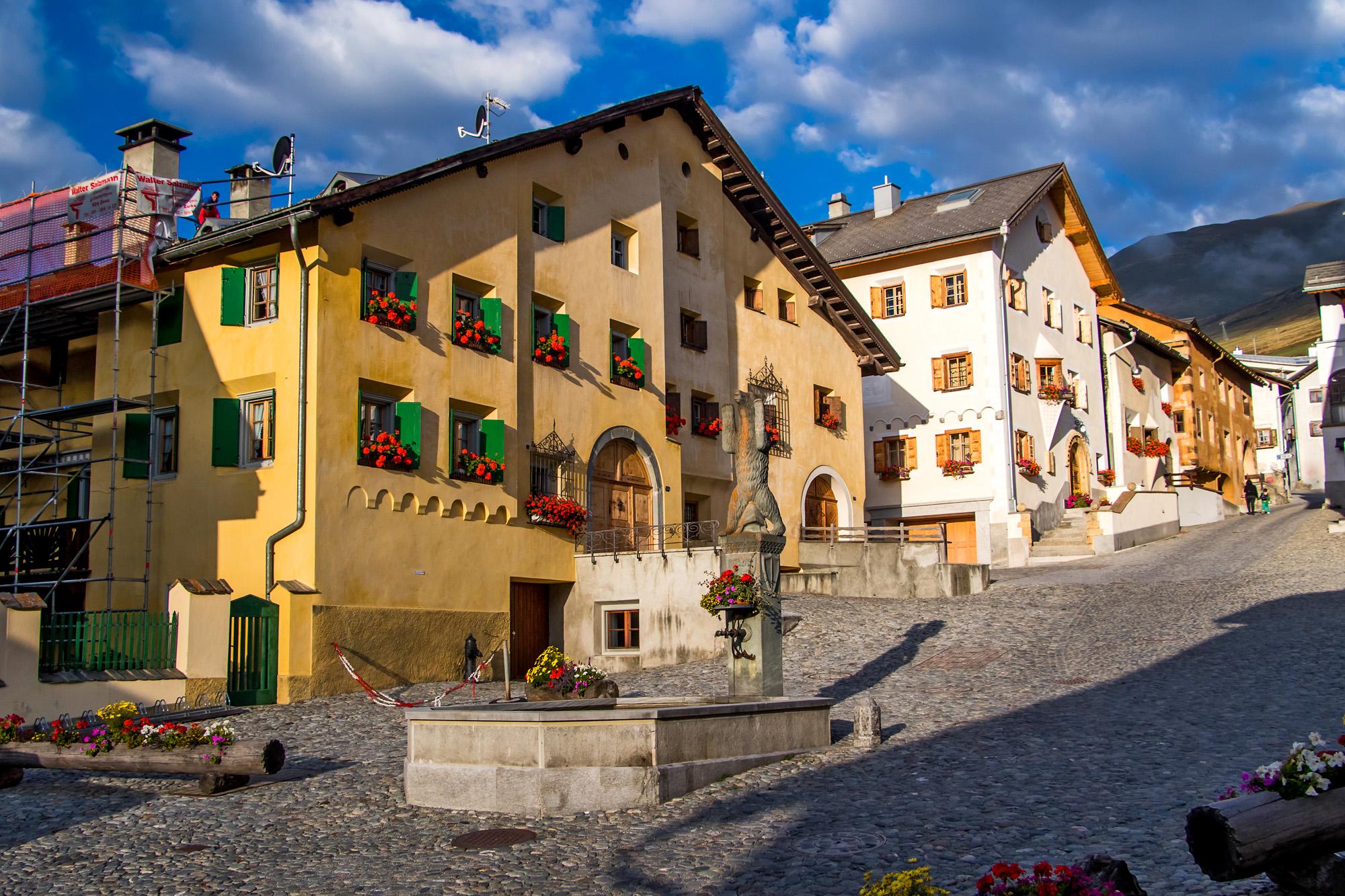 Im satten Morgenlicht präsentiert sich der Dorfplatz von Zuoz (GR) in seiner vollen Pracht.