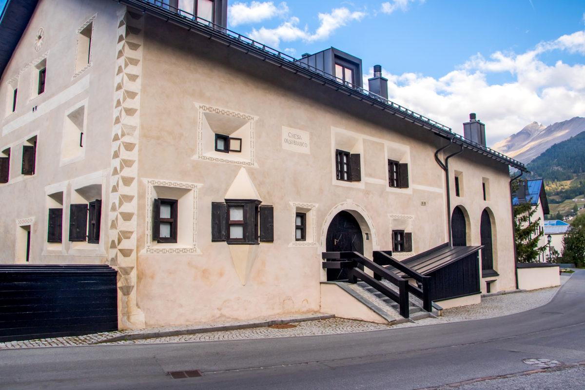 Die Chesa Orso Bianco wurde erst kürzlich renoviert - und soll keinem geringeren gehören als Giorgio Armani. Er entschied, bei der Dekoration des Gebäudes lokale Traditionen mit einigen japanischen Elementen zu mischen.