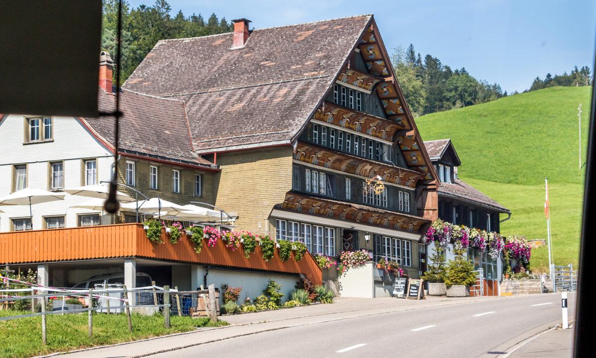 ...und Rössli, die von der Vergangenheit als wichtiger Durchgangsort an der Route zwischen St. Gallen und der Innerschweiz zeugen.